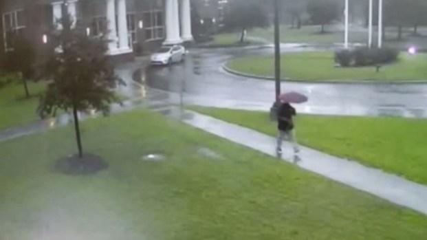 Impactante: rayo cae a centímetros de hombre que caminaba bajo la lluvia