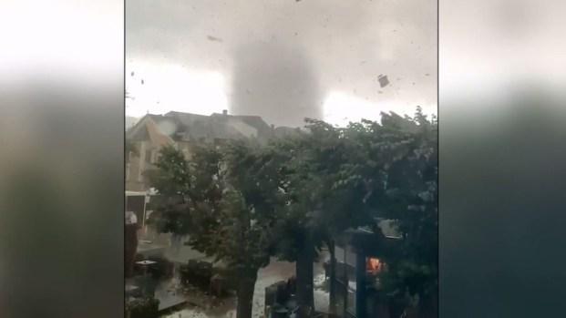 [TLMD - LV] Viral: apocalíptico tornado atraviesa ciudad y deja enormes destrozos