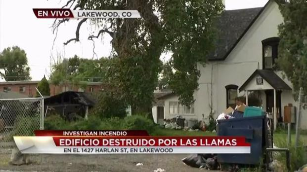 Incendio arrasa con edificio en Lakewood