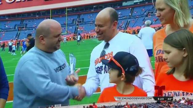 Los Denver Broncos homenajean a Andrés Chaparro