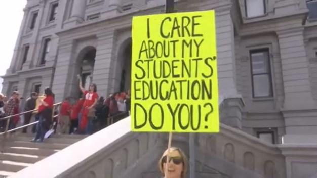 Maestros alzan su voz a favor de mejores beneficios, proyecto de ley propone sancionarlos