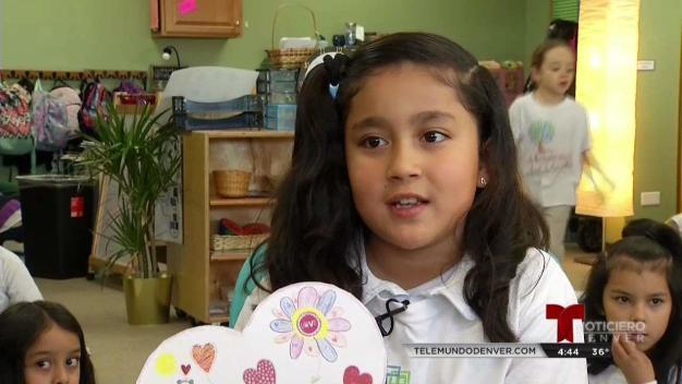 Niños de Aurora escriben mensajes positivos