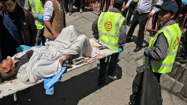 Ataque suicida deja decenas de muertos en Kabul