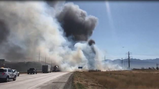 Cierran la I-80 por intenso incendio de maleza