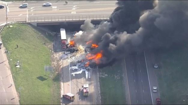 Choque deja varios autos en llamas en plena autopista