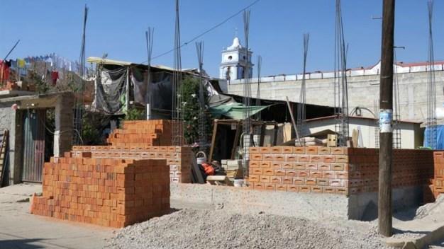 Víctimas de sismos reconstruyen ante falta de apoyo