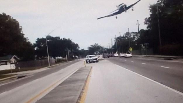 En cámara: aterrizaje forzoso de avión en carretera