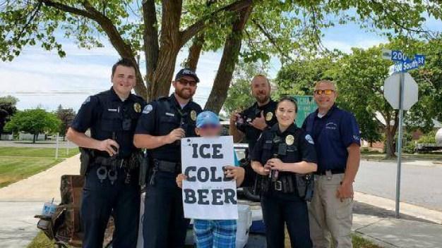 """Llaman a la policía por niño de Utah que vendía """"cerveza fría"""" en la calle"""