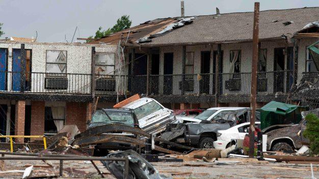 Letales tornados dejan Oklahoma como zona de guerra