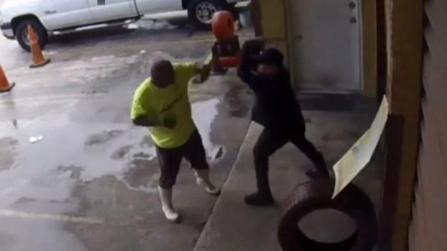 Captado en video: se enfrentan a tubazos en una gomera