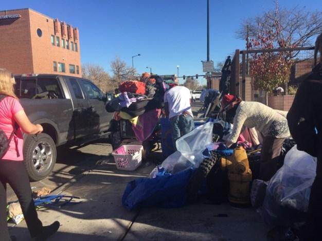Denver ordena levantar campamentos de personas sin techo