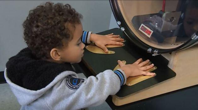 Visita al museo con su nieto le salva la vida