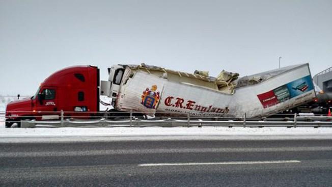 Camión queda partido a la mitad en carretera