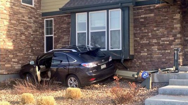 Carro se estrella contra casa en Denver