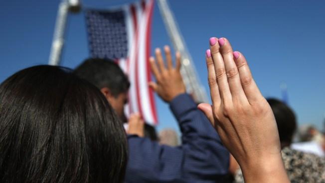Obama invita a residentes a nacionalizarse