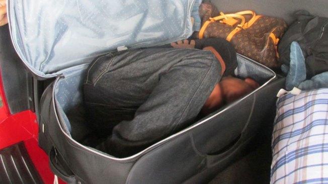 Encuentran a indocumentado en maleta