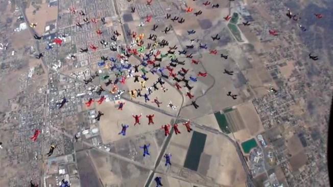 En video: Paracaidistas rompen récord mundial