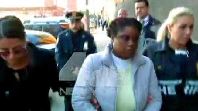 Acusan a policía de robarse una casa en Brooklyn