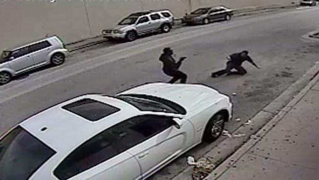 En video, forcejea con ladrón armado en pleno día