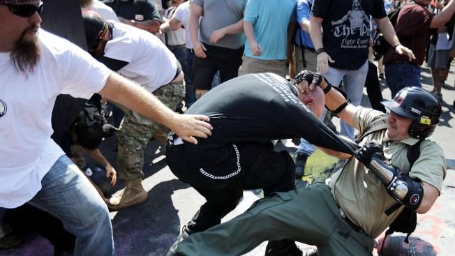 Violentos choques en medio de manifestación de supremacistas blancos