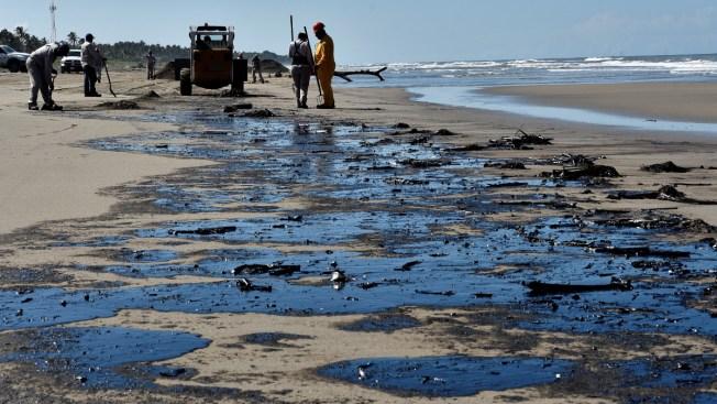 Cierran playas del sureste por manchas de petróleo