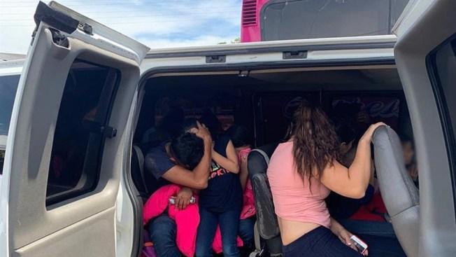 Autoridades interceptan 2 camiones con 243 migrantes