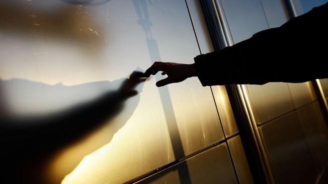 Estudiante cae de balcón, muere
