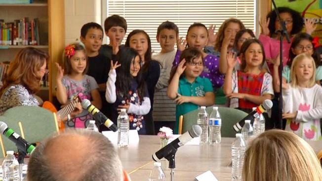 Niños latinos le cantan a Arne Duncan