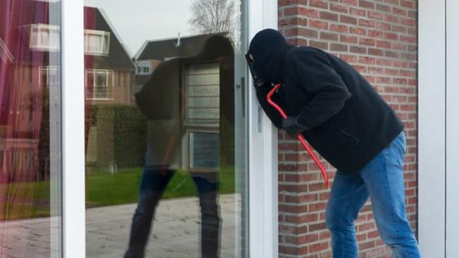 Sospechosos roban, dañan casas en Erie