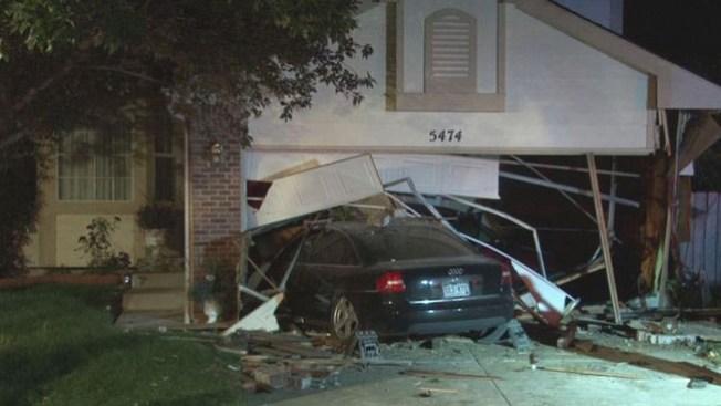 Carro se estrella contra garaje