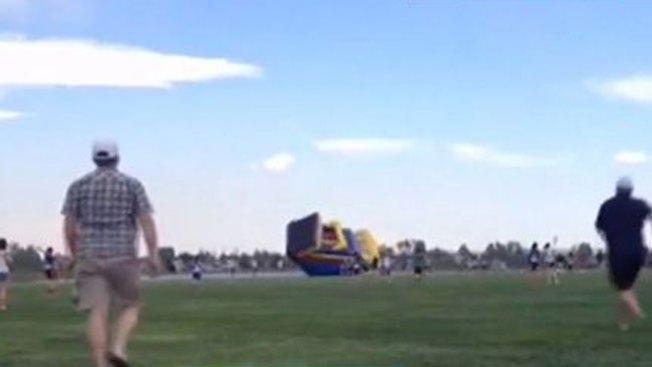 Casa inflable sale volando con dos niños