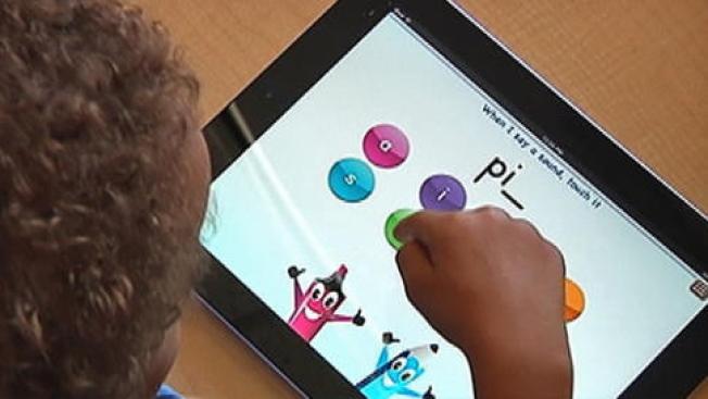 Maestra compra tabletas a sus alumnos