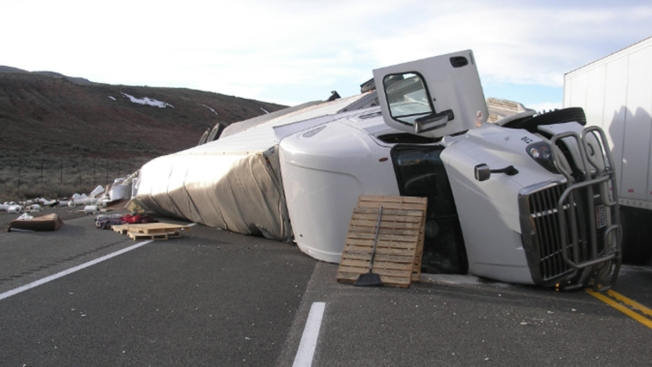 Muere chofer de camión de carga en aparatoso accidente sobre US-6