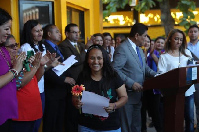 El Salvador conmuta penas y libera a tres mujeres condenadas por abortar
