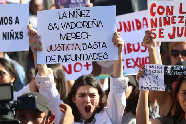 Salvadoreños se indignan por fallo en caso de abuso de niña