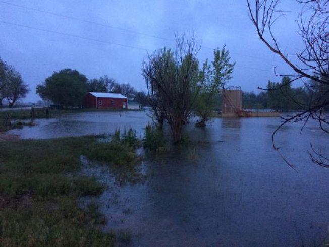 Kersey, inundaciones se acercan a las casas