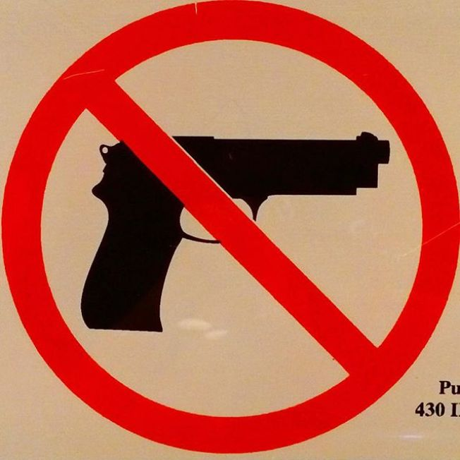 Portaba réplica de arma de fuego alumno de Brighton